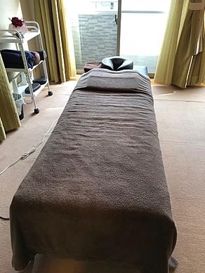痛くない最先端手技ライラックローズ健康整体院菊川店3施術ベット 肩こり 腰痛 頭痛
